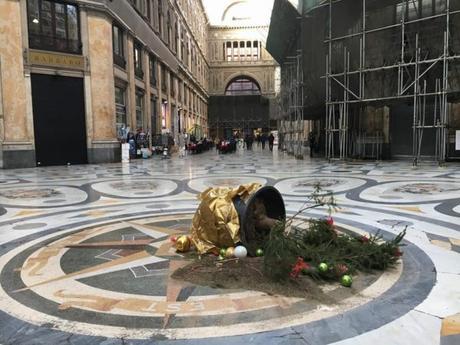 Reciso e rubato l'albero in Galleria Umberto: non è durato neanche un giorno