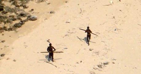 Sentinelesi tentano di colpire l'elicottero della Guardia Costiera Indiana dopo lo tsunami del 2004