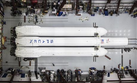 SpaceX: il Falcon Heavy è quasi ultimato, Musk mostra le foto