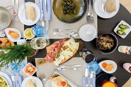 L'immagine può contenere: tabella e cibo