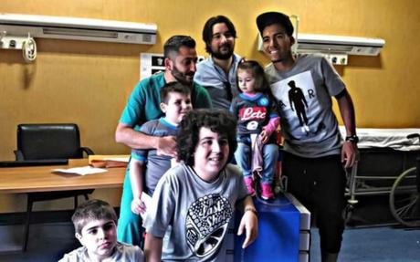 Allan immenso dentro e fuori dal campo: visita ai bambini del Monaldi
