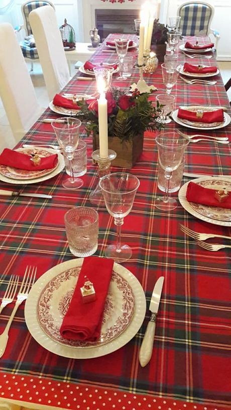 L'immagine può contenere: persone sedute, tabella, dessert, spazio al chiuso e cibo