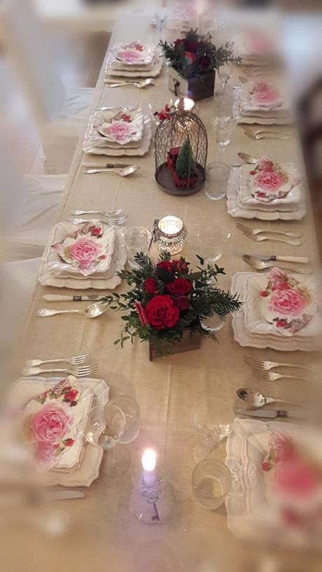 L'immagine può contenere: tabella, fiore e spazio al chiuso