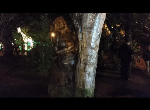 La Statua Di Una Donna Realizzata Con Un Albero