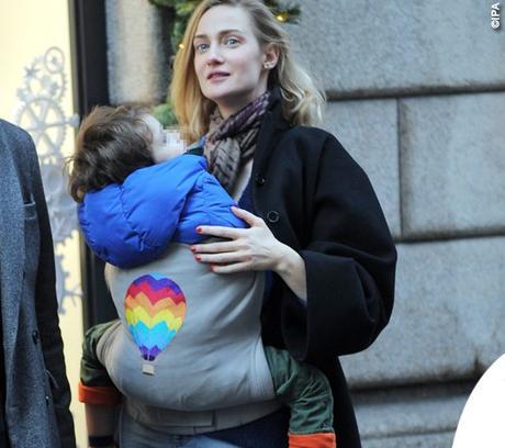 Eva Riccobono criticata nei social: porta il figlio di tre anni e mezzo nel marsupio