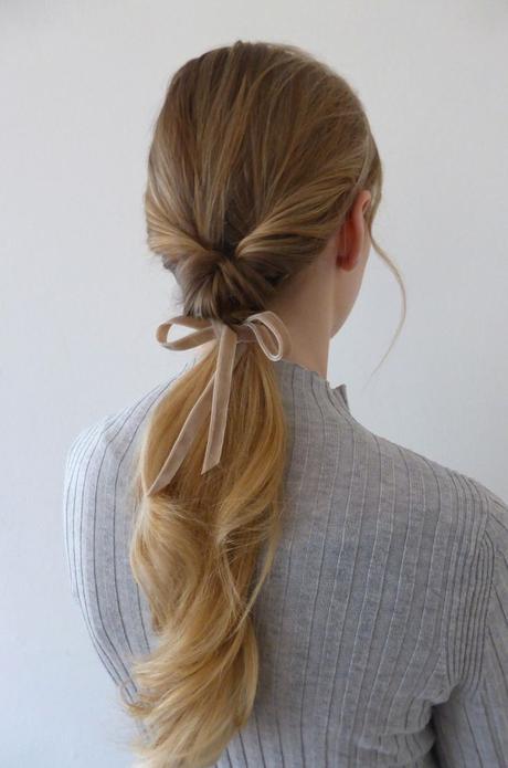 Moda capelli: il nastro di velluto per la coda