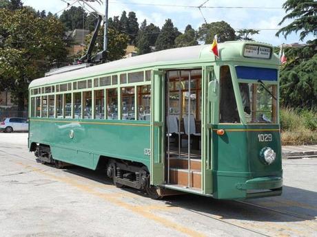 """Napoli. Ritornano le """"vecchie"""" linee dei tram, con vagoni e convogli del 1930"""