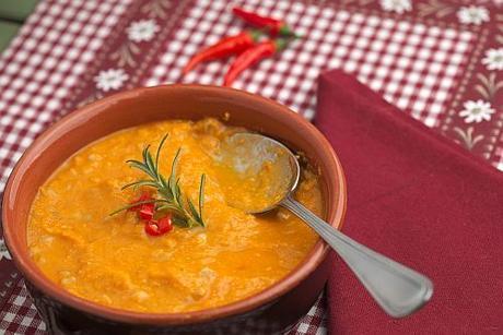 Zuppa di farro zucca e ceci con rosmarino e peperoncino