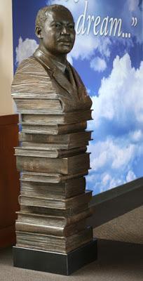 Monumento ai libri e alla non violenza