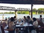 Kanchanaburi, Thailandia: ristorante galleggiante ponte ferroviario fiume Kwai