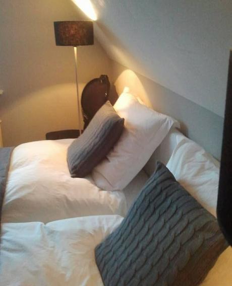 L'immagine può contenere: una o più persone, camera_da_letto e spazio al chiuso