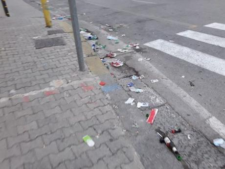 Foto. Il delirio dei tifosi a Capodichino lascia segni: spazzatura e siepi distrutte