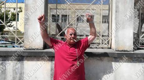 FOTO e VIDEO ViViCentro – Castellammare, protesta al Commissariato di Polizia: uomo si incatena ai cancelli