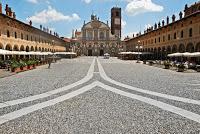 VIGEVANO (pv). Raduno di auto storiche in piazza Ducale domenica 6