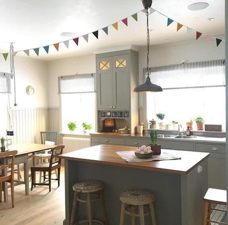 L'immagine può contenere: cucina, tabella e spazio al chiuso