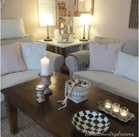 L'immagine può contenere: persone sedute, tabella, salotto e spazio al chiuso