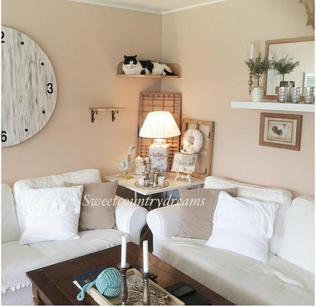 L'immagine può contenere: tabella, salotto e spazio al chiuso