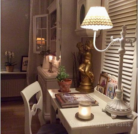 L'immagine può contenere: 1 persona, persona seduta, tabella, salotto e spazio al chiuso