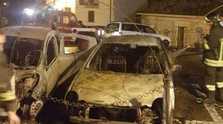Mesoraca: nella notte incendiate due auto in Piazza Annunziata