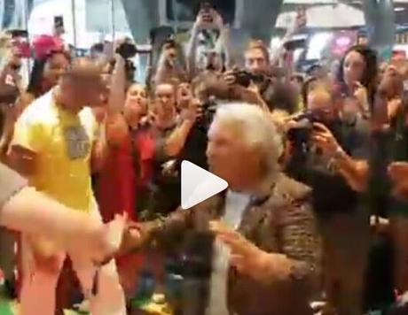 Video. Delirio alla stazione di Napoli: lo Stato Sociale fa ballare anche un'anziana