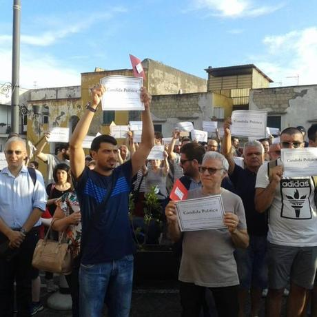 Video. Proteste contro il voto di scambio: a Palazzo Baronale il funerale della politica