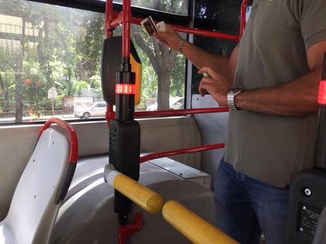 La assurda sperimentazione dei tornelli sui bus smontata pezzo per pezzo