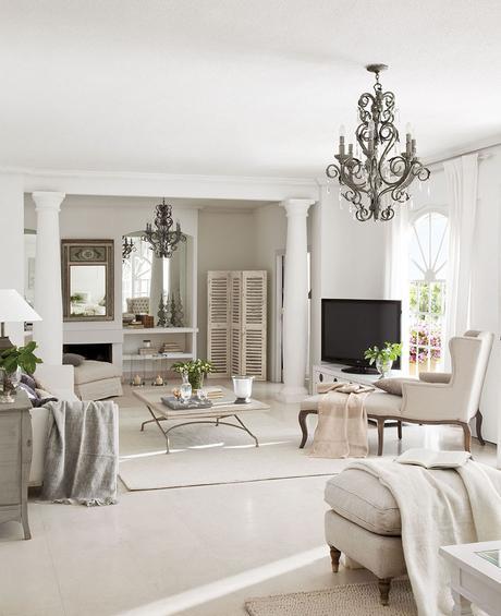 00302844. Salón en tonos claros con chimenea, sofá y chaise longue junto a la televisión_00302844