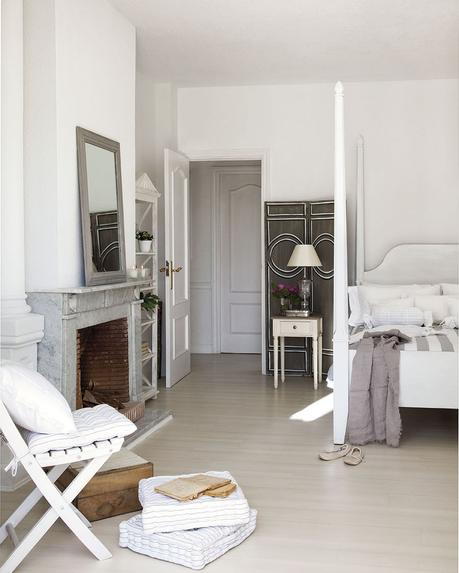 00302847. Dormitorio de invitados en blanco y gris con chimenea_00302847