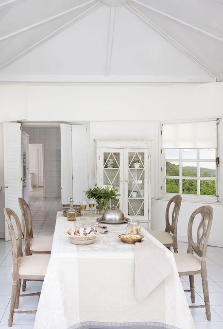 00302845. Office en blanco con sillas de madera decapadas y vitrina blanca_00302845