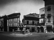 Piazza delle Erbe Viterbo attraverso forellino