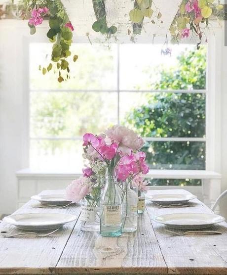 L'immagine può contenere: persone sedute, pianta, tabella, fiore e spazio al chiuso