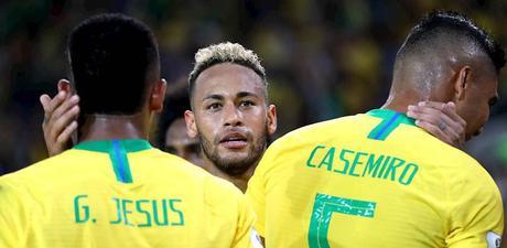 """Dani Alves sui meme che hanno bersagliato Neymar: """"Queste cose non lo scalfiscono"""""""