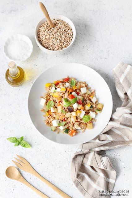 Insalata fredda di farro con verdure e mozzarella