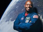 L'astronauta Leland Melvin sostiene aver visto alieno nello spazio
