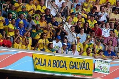 BRASILE, 9 MLN TWITTERS PER ZITTIRE TELECRONISTA PROLISSO (VIDEO) - BRAZIL, 9 MLN TWITTERS TO SILENCE PROLIX SPEAKER