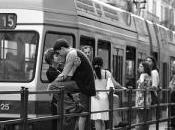 Uomini donne alla fermata tram