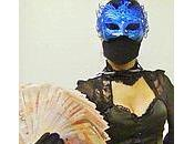Hong Kong: superwoman mascherata aiuta poveri, Bauhinia