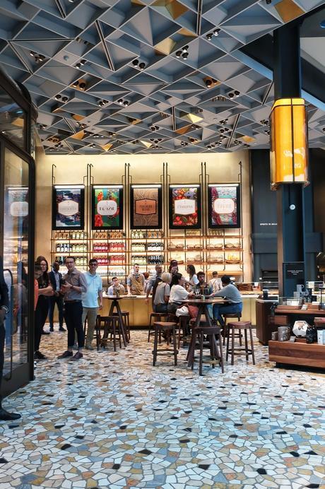 Starbucks ha aperto a Milano: tutto quello che c'è da sapere e tutte le foto (e perché non è il solito Starbucks)