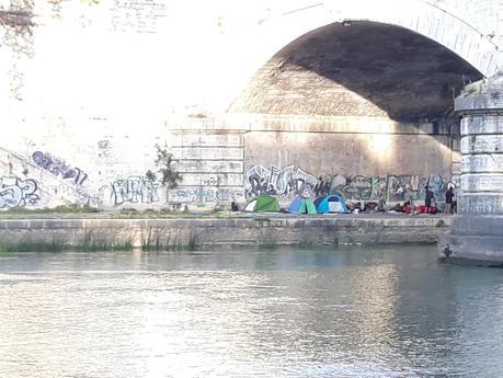 Video. Accampamenti lungo il fiume, gli sbandati si buttano nel Tevere. Pompieri costretti a soccorrerli