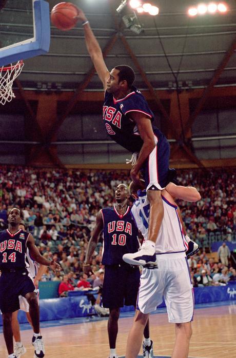 Nike celebra Vince Carter: tornano le Shox BB4, le scarpe della schiacciata su Weis