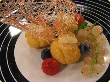 Bigne' gluten free con crema alla frutta e caramello croccante