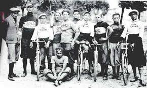 Ciclisti rossi (ma non solo) e calcio dopolavorista