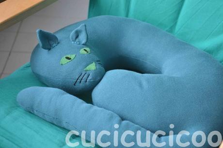 Cuci un cuscino per il collo a forma di gatto con questo cartamodello gratis!