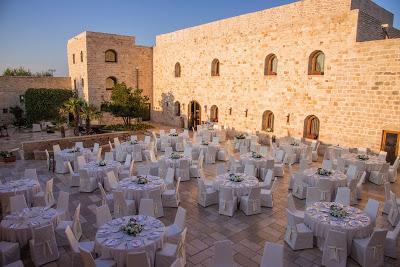 Un Casale medievale tra giardini mediterranei e ulivi secolari per un matrimonio green in Puglia