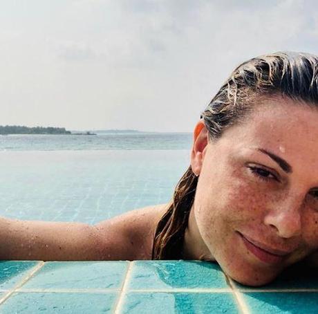 Vanessa Incontrada single alle Maldive in attesa di Sanremo, bellissima al naturale