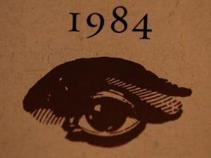 """""""1984"""" compie 70 anni: oggi il mondo immaginato da George Orwell non è più distopico, ma reale"""