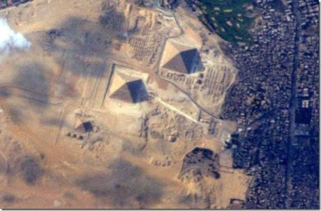 Scoperto  un disegno di Alieno e una Piramide su una foto della Nasa di  Nettuno ?
