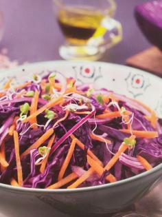 Cavolo rosso, carote e germogli di ravanello
