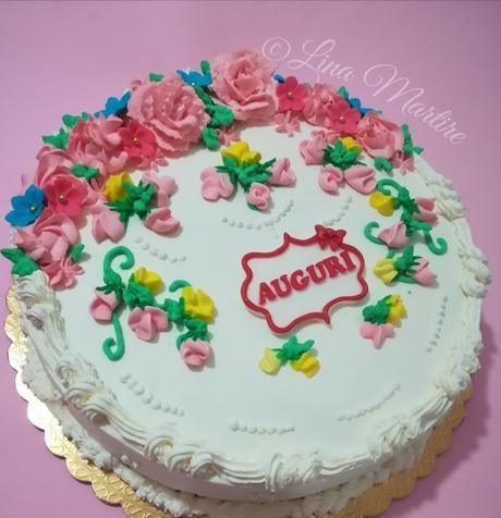 Spring Cake. Torta fiorita con rose di panna e boccioli di ghiaccia reale