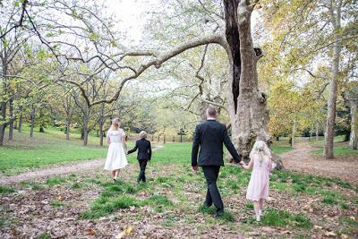Reportage emozionali ed engagement immersi nella natura per sposi ecologici a Roma